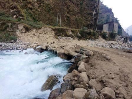 Die Brücke zur Shree Bhumiraj Schule in Tatopani