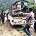 Es wird unermüdlich gefahren und geschleppt in Tatopani