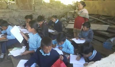 die Kinder werden in den Ruinen der Schule unterrichtet